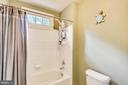 Shared hallbath between BR 3 and BR 4. - 9704 WOODFIELD CT, NEW MARKET
