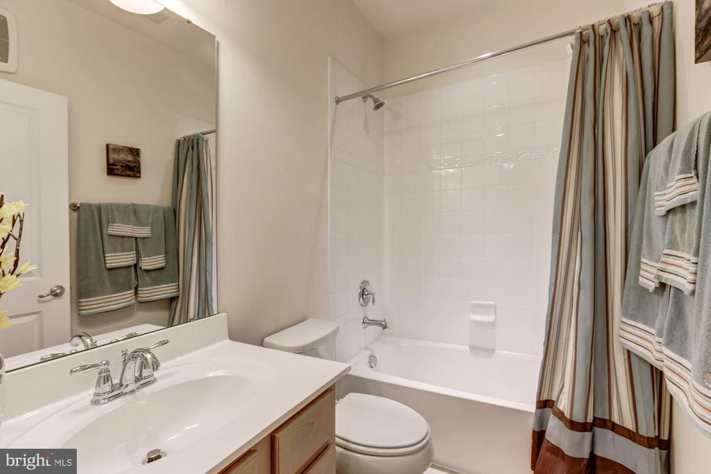 Cute hall bath - 14132 HARO TRL, GAINESVILLE