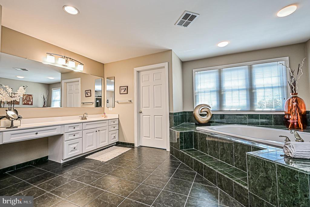 Owner's Bath w/ White Split Vanities & Soaking Tub - 26124 TALAMORE DR, CHANTILLY