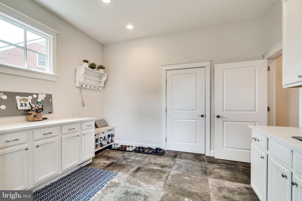Spacious mud room with storage and counter space - 6221 ARKENDALE RD, ALEXANDRIA