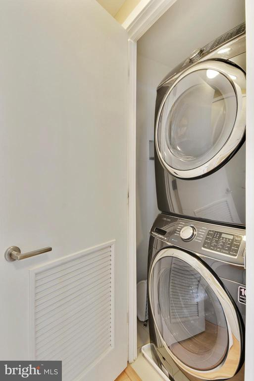 Large capacity washer and dryer in unit - 2001 15TH ST N #1104, ARLINGTON
