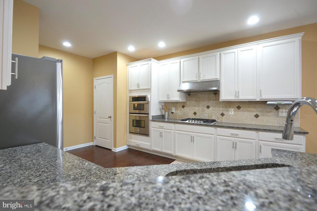 Kitchen with upgraded countertops - 43217 BARNSTEAD DR, ASHBURN