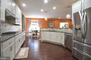 Kitchen with breakfast area - 43217 BARNSTEAD DR, ASHBURN