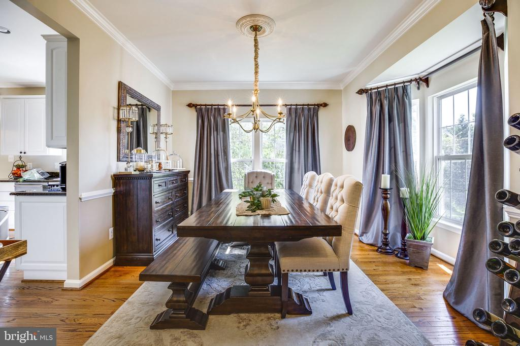 Family dinners in this cozy dining room - 26062 SARAZEN DR, CHANTILLY