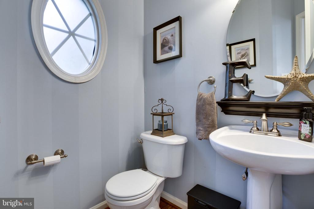 Main level half bath - 26062 SARAZEN DR, CHANTILLY