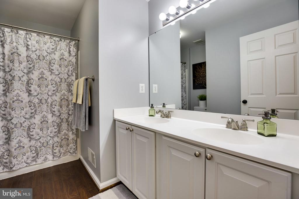 Upper level 2nd full bath w/ double vanity sinks - 26062 SARAZEN DR, CHANTILLY