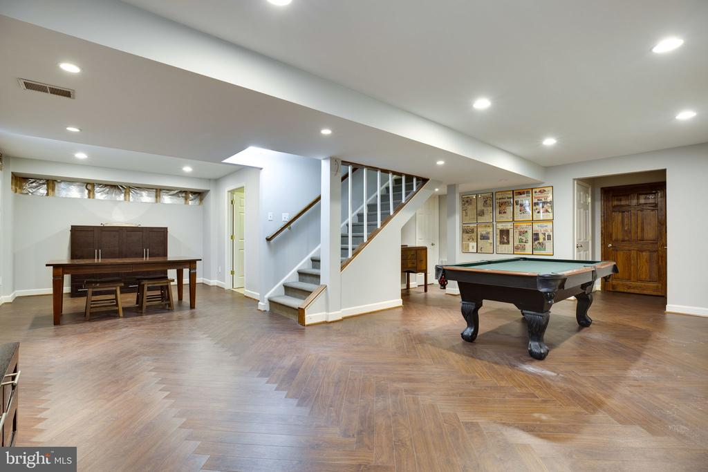 Enjoy entertaining in the fully finished basement - 26062 SARAZEN DR, CHANTILLY