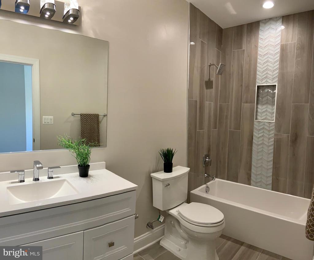 Full bathroom in bedroom #2 - 1523 GINGERWOOD CT, VIENNA