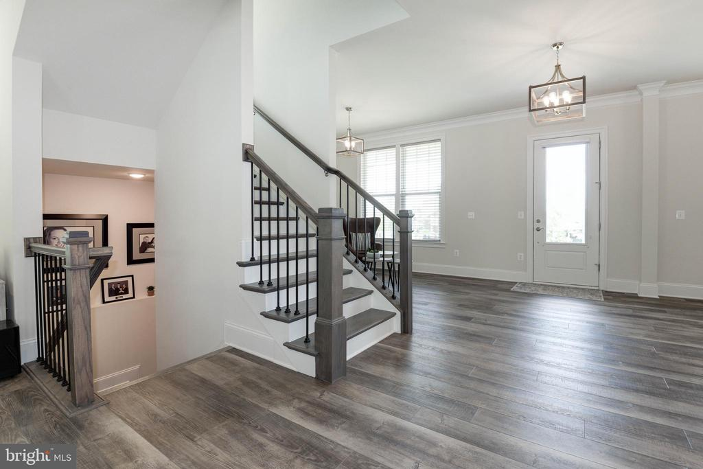 Open Airy Floor Plan with 10' Ceilings - 1057 MARMION DR, HERNDON