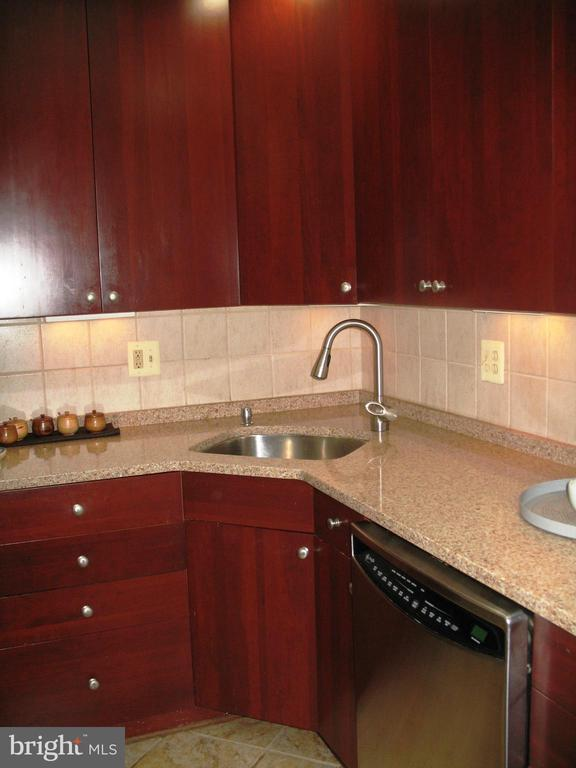 Kitchen with lots of counter space - 2500 CHILDS LN, ALEXANDRIA