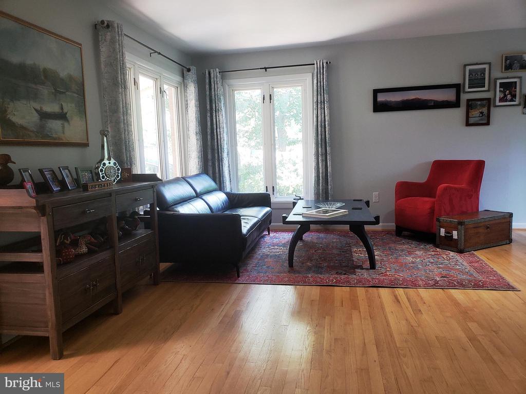 Open living room with hardwood floors - 2500 CHILDS LN, ALEXANDRIA