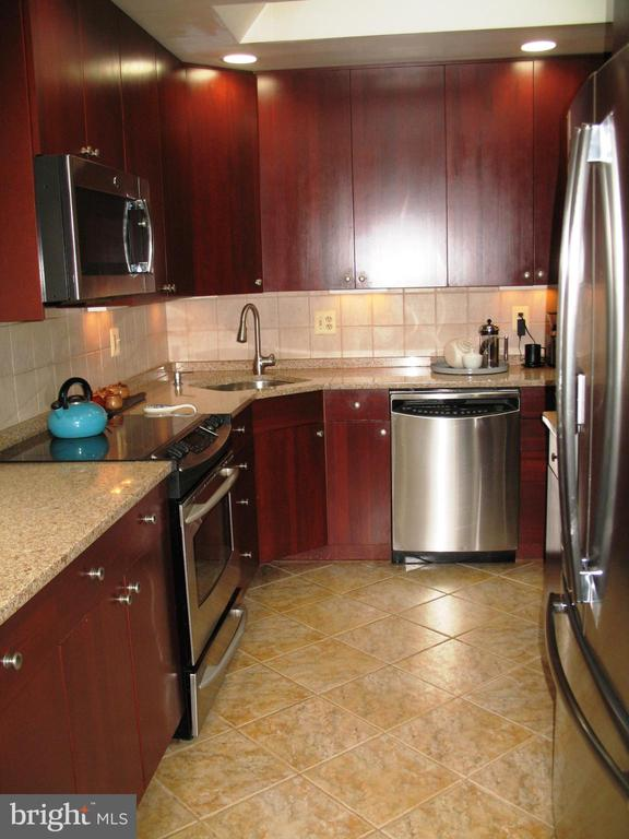 Renovated kitchen w/stainless steel appliances - 2500 CHILDS LN, ALEXANDRIA
