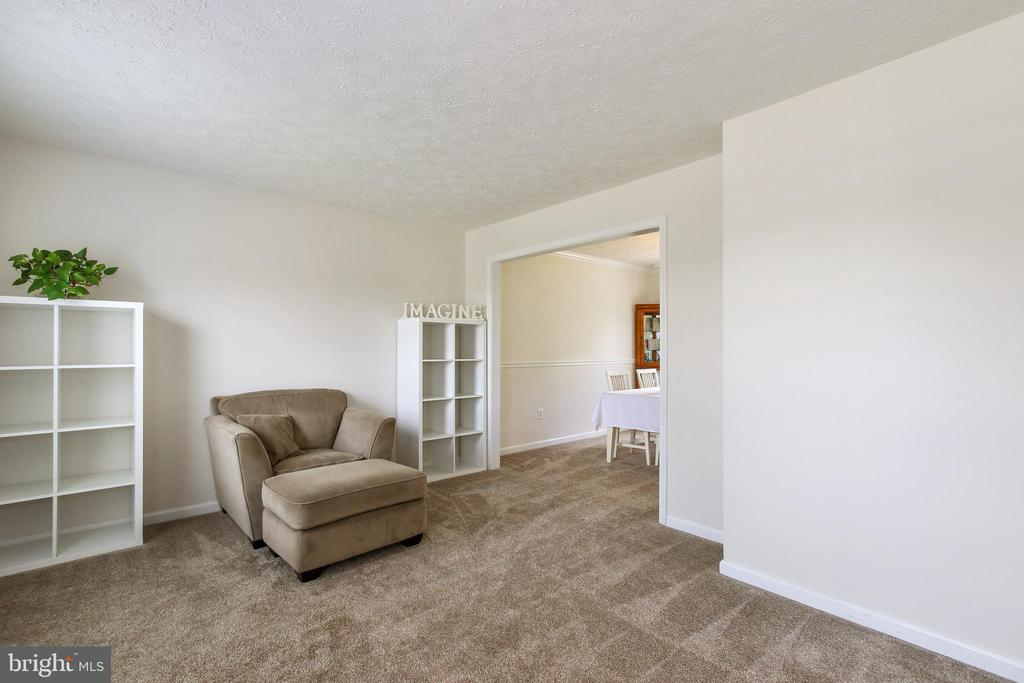 Spacious living room - 6059 DOUGLAS AVE, NEW MARKET