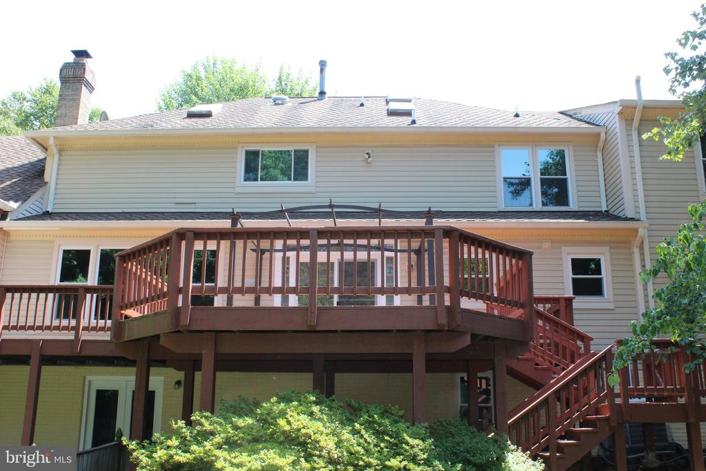 Great Size Deck for Outdoor Entertaining - 4800 N HILL DR, FAIRFAX