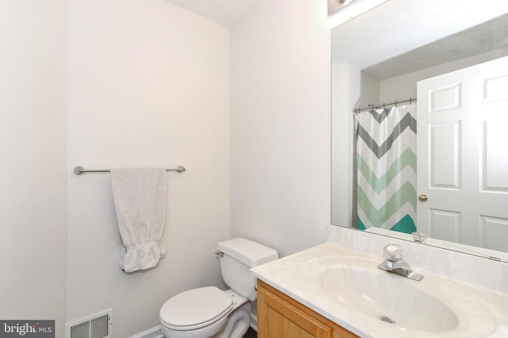 Full second level bath - 6059 DOUGLAS AVE, NEW MARKET