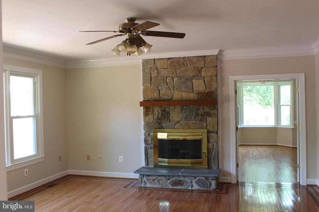 Living Room Fireplace - 4800 N HILL DR, FAIRFAX