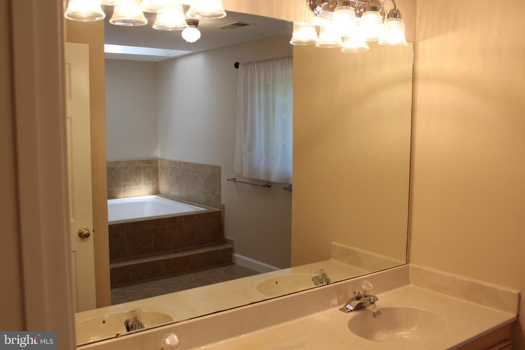 Home Owners Bathroom - 4800 N HILL DR, FAIRFAX