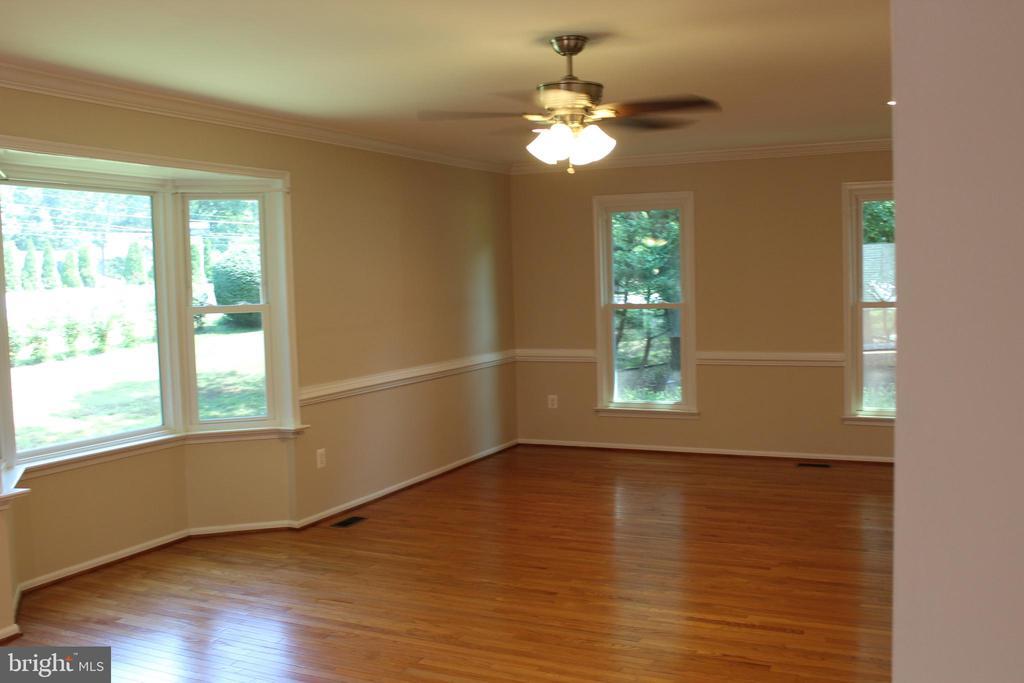 Spacious Living Room - 4800 N HILL DR, FAIRFAX