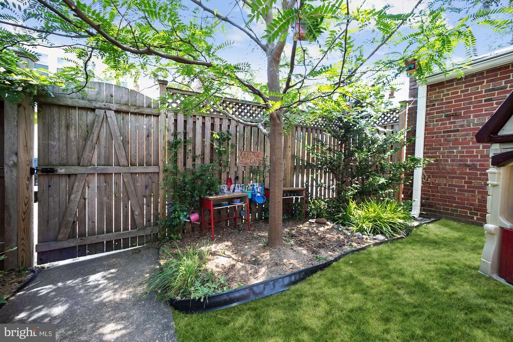 Sweet back yard,new fence and gate - 520 ONEIDA PL NW, WASHINGTON