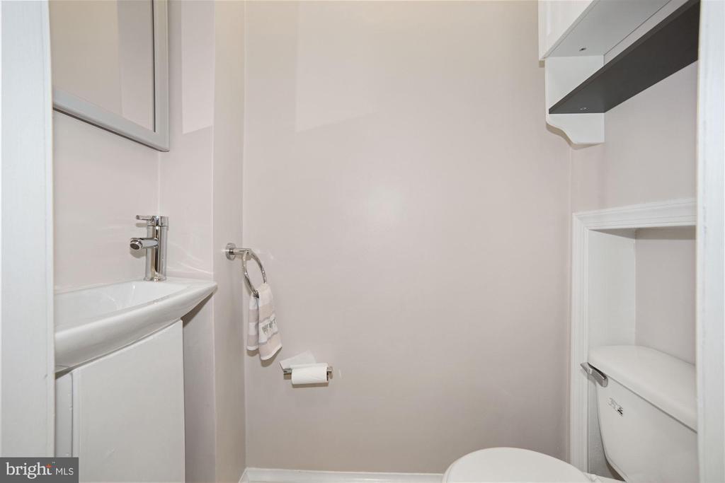 Main floor half bath - 520 ONEIDA PL NW, WASHINGTON