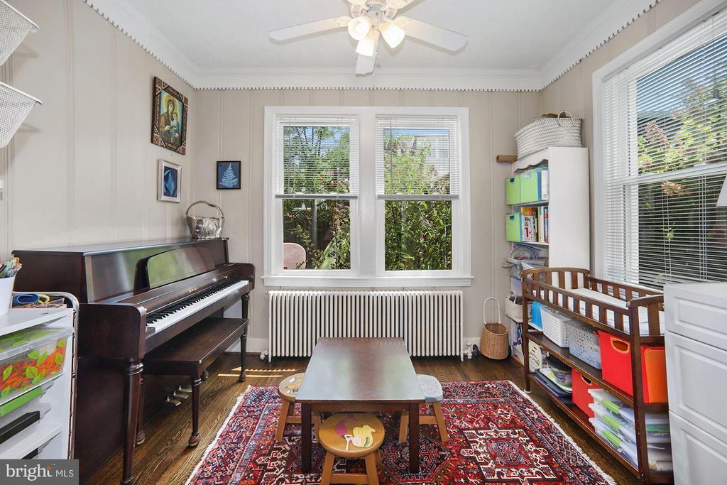 Sunroom -great kid space or study - 520 ONEIDA PL NW, WASHINGTON
