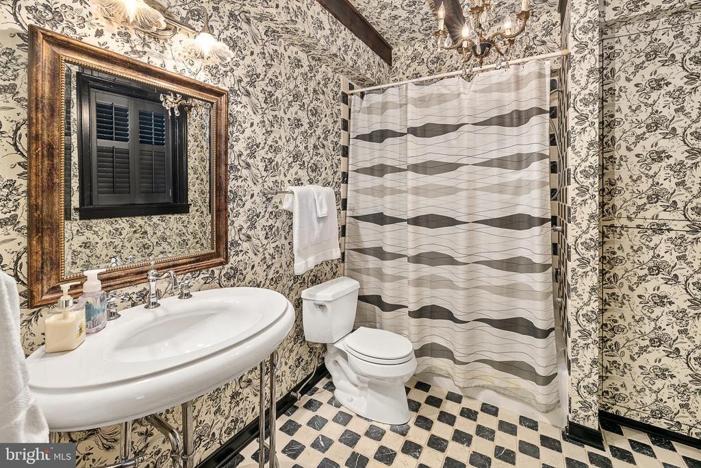 Full bath in basement bedroom - 406 HANOVER ST, FREDERICKSBURG