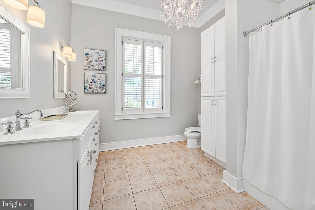 Full Bathroom upstairs - 406 HANOVER ST, FREDERICKSBURG