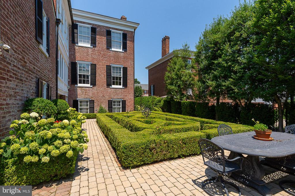 Ample space for entertaining guests - 406 HANOVER ST, FREDERICKSBURG