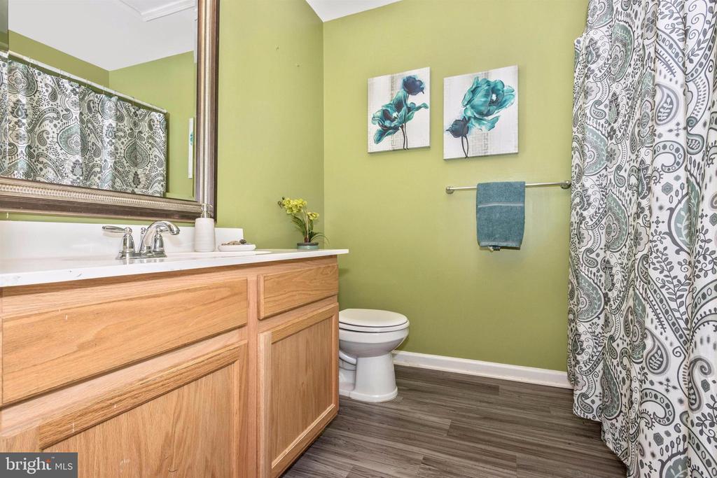 Double vanity upstairs hall bathroom - 211 RIDGE VIEW LN, HANOVER