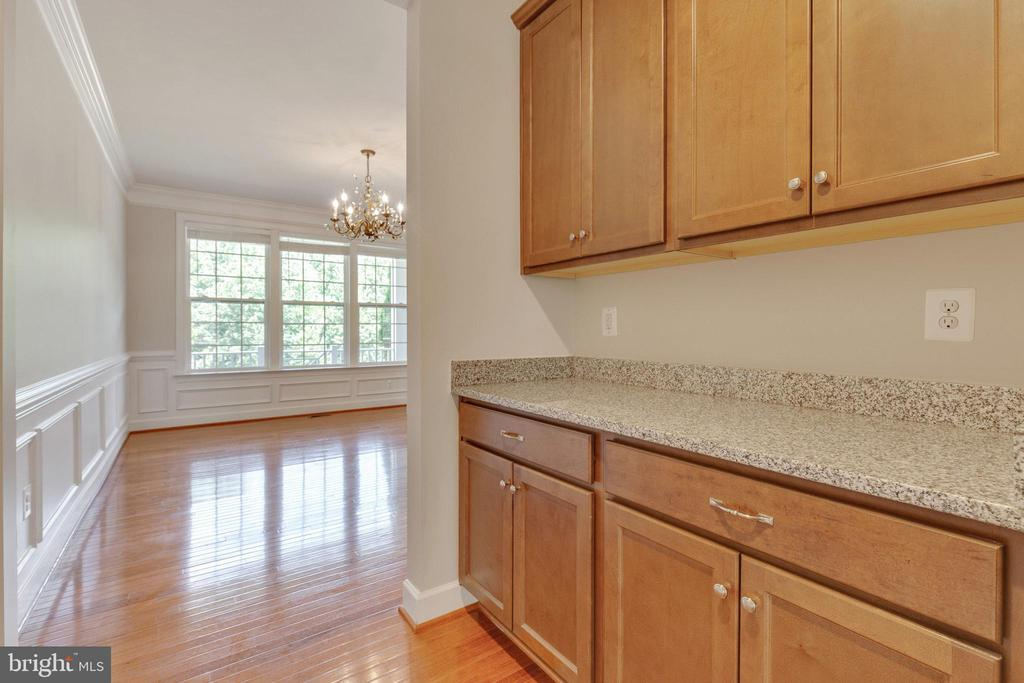 Ample Storage & Walk-in Pantry - 15879 FROST LEAF LN, LEESBURG