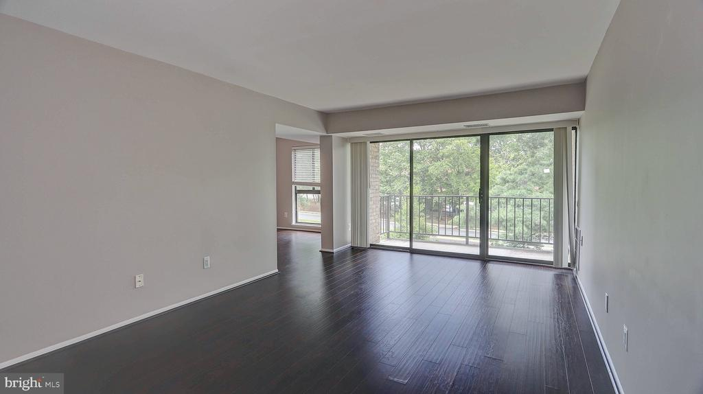 Bright and spacious Living Room - 2060 ROYAL FERN CT #21A, RESTON