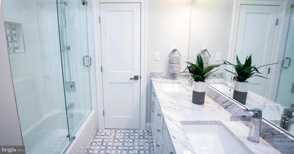 Middle  bathroom with tub - 50 BRYANT ST NW, WASHINGTON