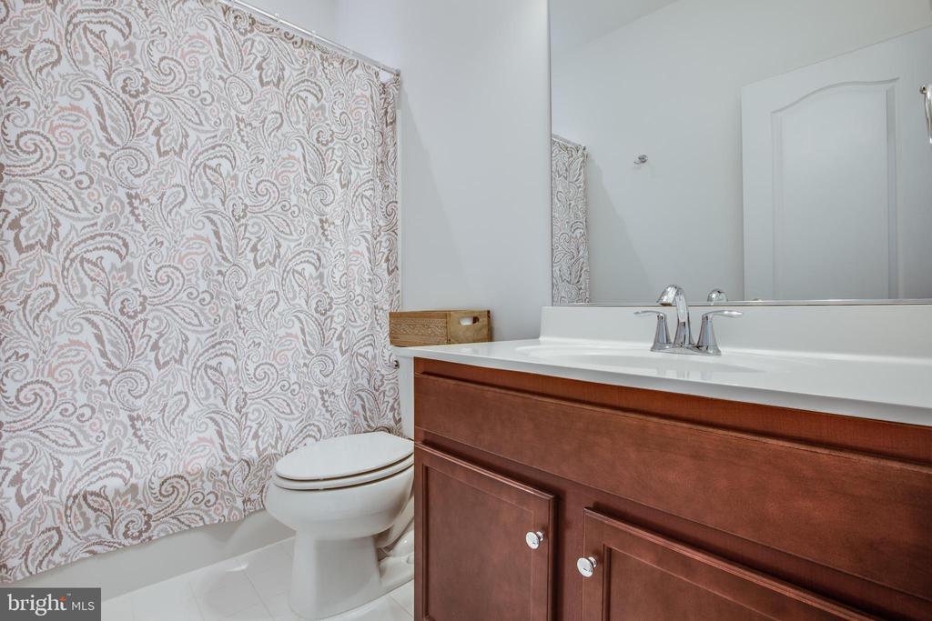 Main level full bath - 400 CONEFLOWER LN, STAFFORD