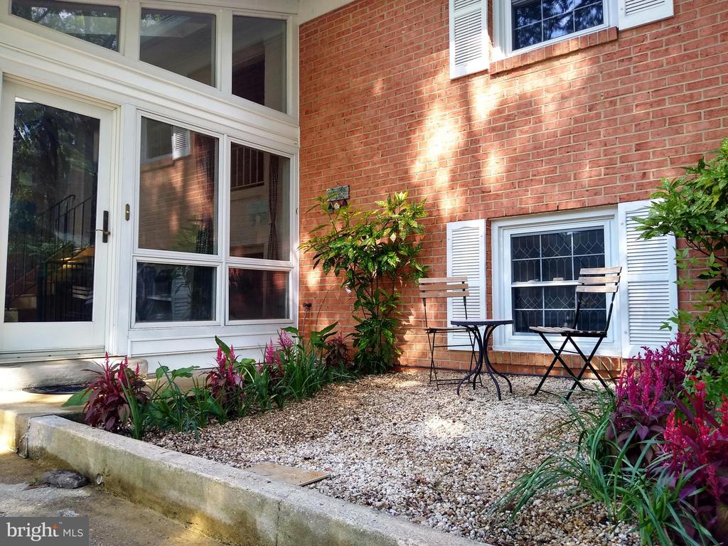 Quaint patio area in front of house - 2500 CHILDS LN, ALEXANDRIA