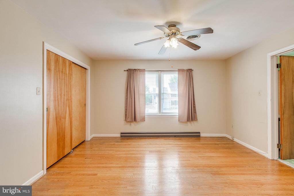 Bedroom with hardwood floors & jack n jill bath - 215 BROAD ST, MIDDLETOWN