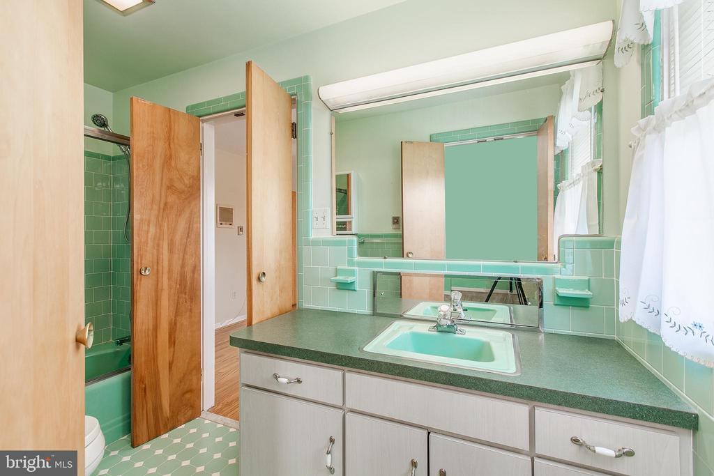 Full bathroom between bedrooms - 215 BROAD ST, MIDDLETOWN