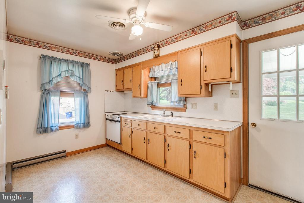 Kitchen in in-law suite with separate entrance - 215 BROAD ST, MIDDLETOWN
