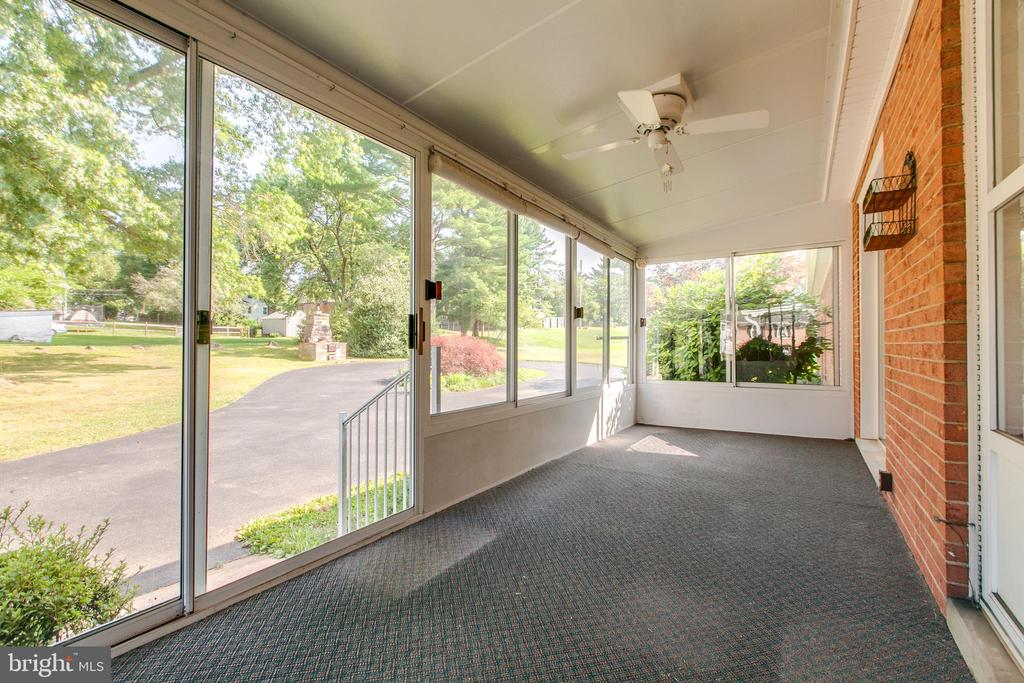 Enclosed porch off dining area - 215 BROAD ST, MIDDLETOWN