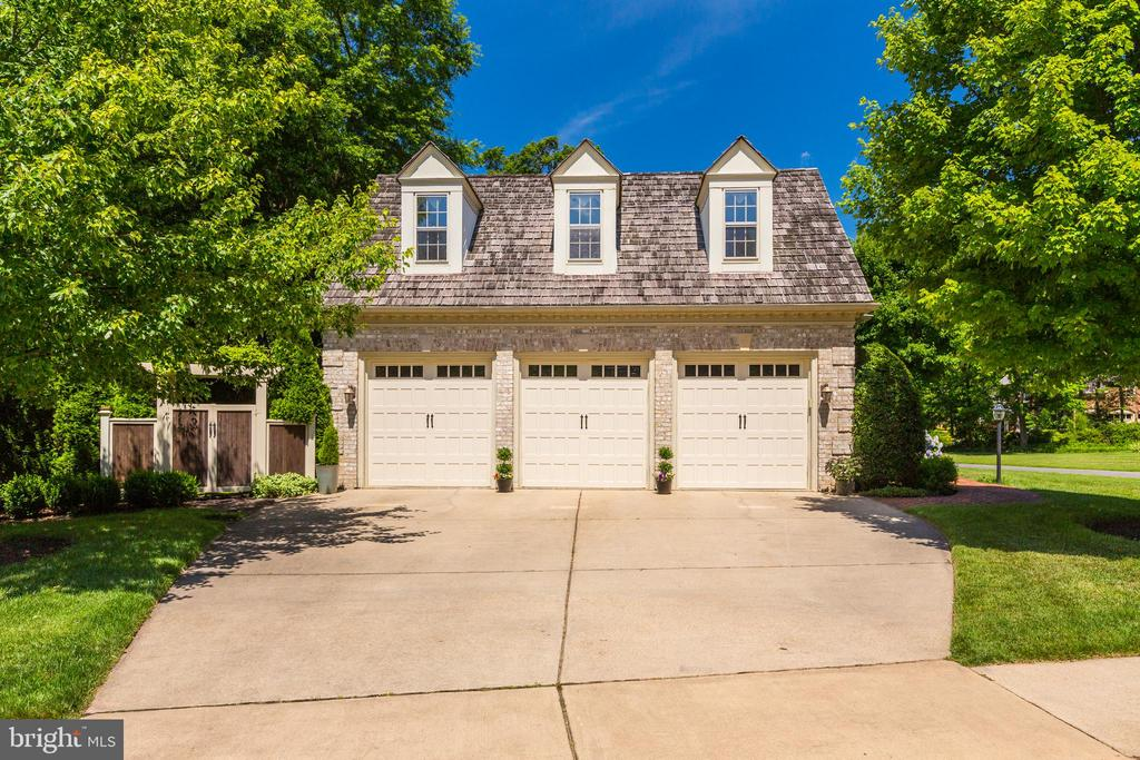 Spacious three car garage with plenty of parking - 9318 LUDGATE DR, ALEXANDRIA
