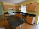 Kitchen center island view - 43114 LLEWELLYN CT, LEESBURG