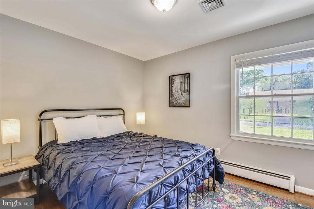 Bedroom 2 on main level - at the front of the home - 9031 GREYLOCK ST, ALEXANDRIA