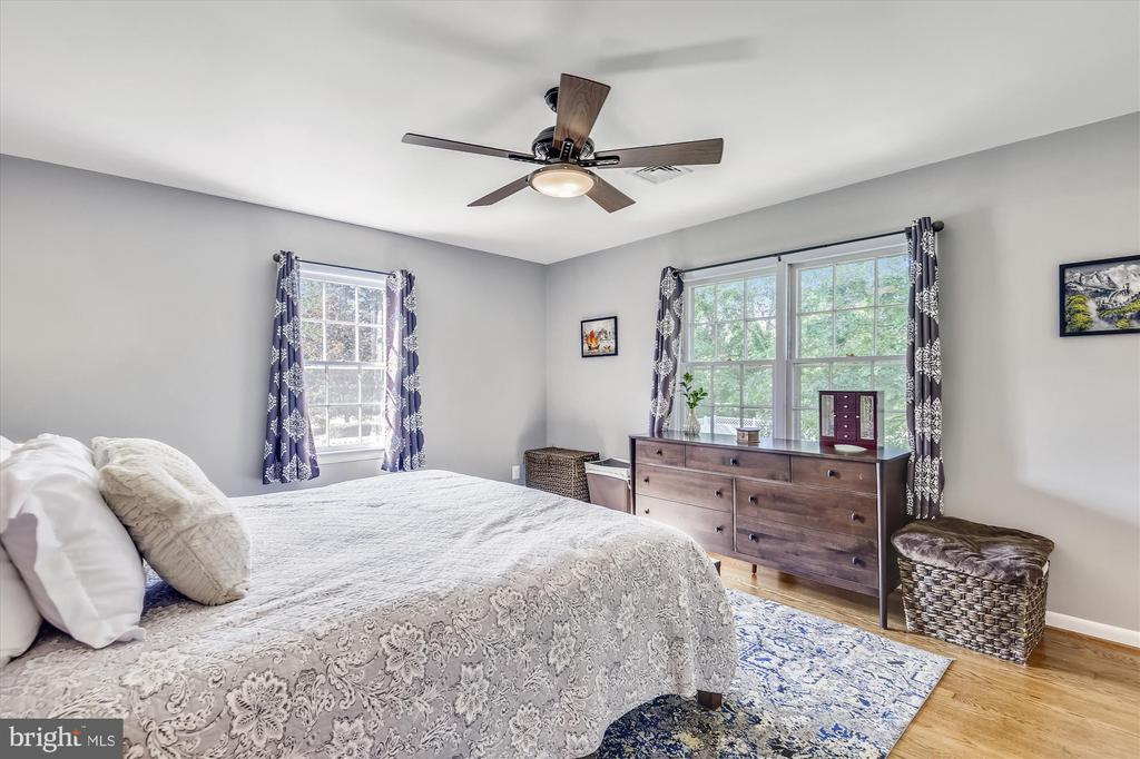 Master bedroom on main level - 9031 GREYLOCK ST, ALEXANDRIA
