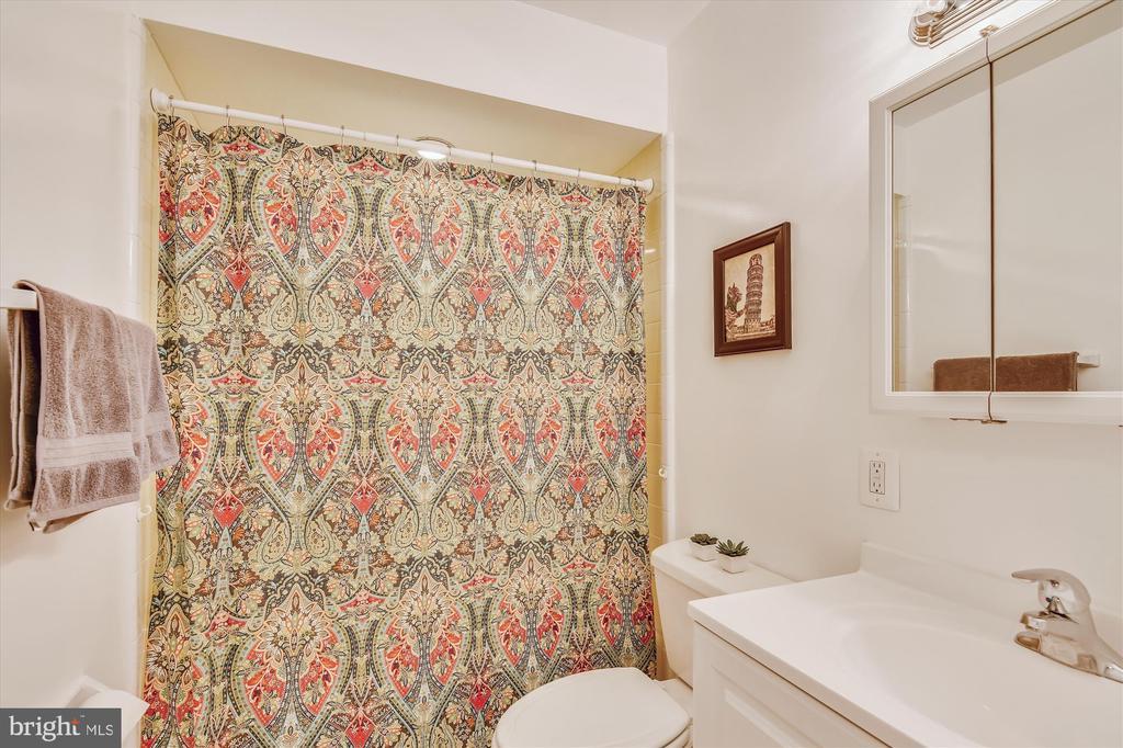 Main level full bath with tub - 9031 GREYLOCK ST, ALEXANDRIA