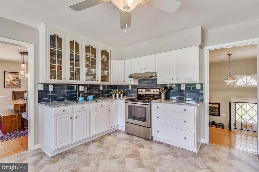 Contemporary kitchen opens to dining and main hall - 9031 GREYLOCK ST, ALEXANDRIA