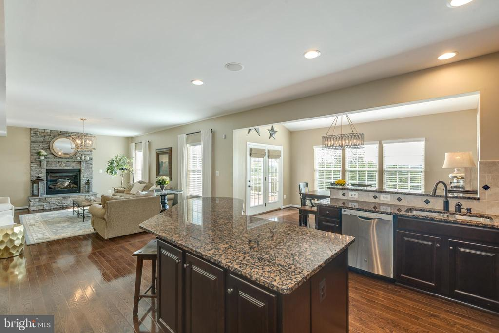 Kitchen into morning room - 25821 RACING SUN DR, ALDIE
