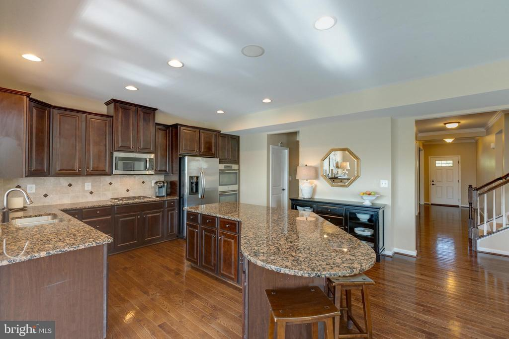 Large kitchen with walk-in-pantry - 25821 RACING SUN DR, ALDIE