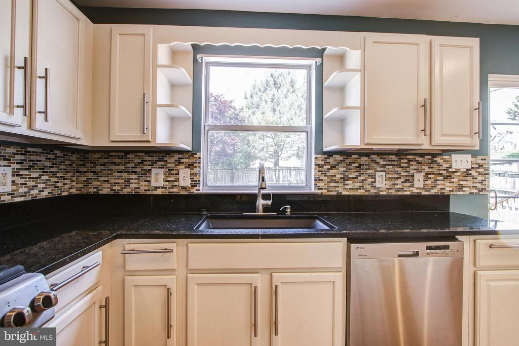 Stainless appliances and granite countertops - 14810 CROSSVALLEY RD, BURTONSVILLE