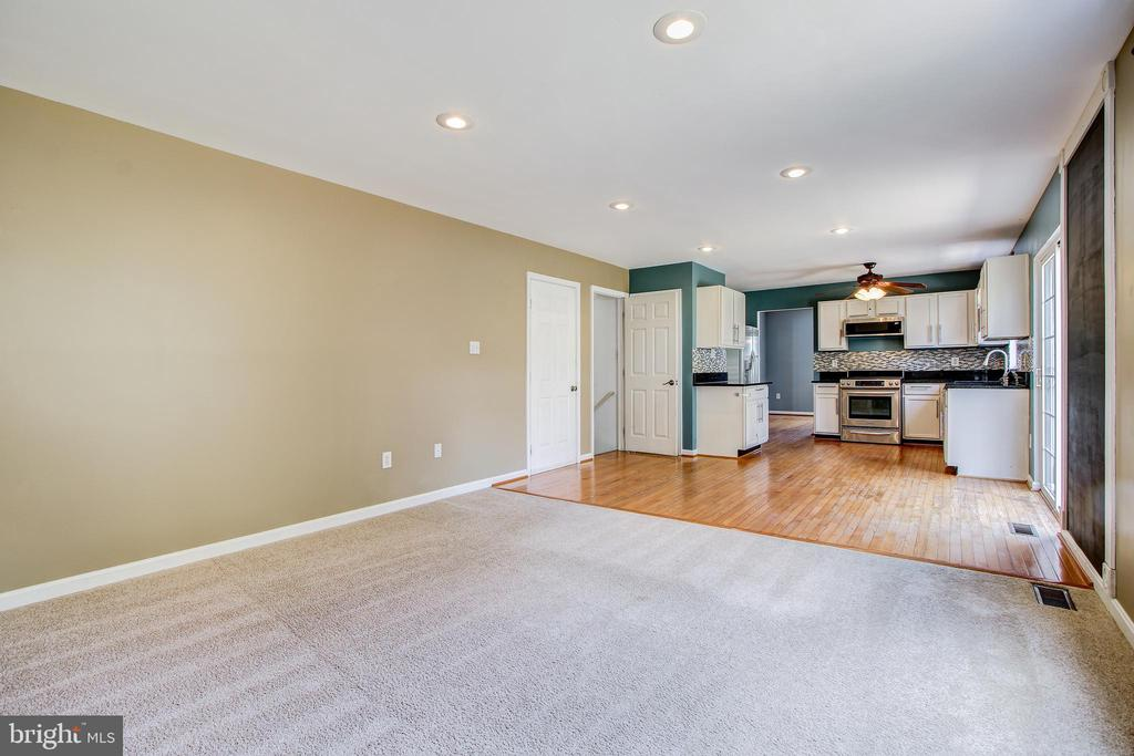 Open concept kitchen/family room - 14810 CROSSVALLEY RD, BURTONSVILLE