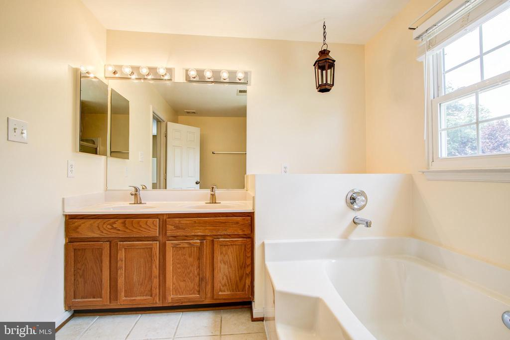 Master bath with dual sinks - 14810 CROSSVALLEY RD, BURTONSVILLE