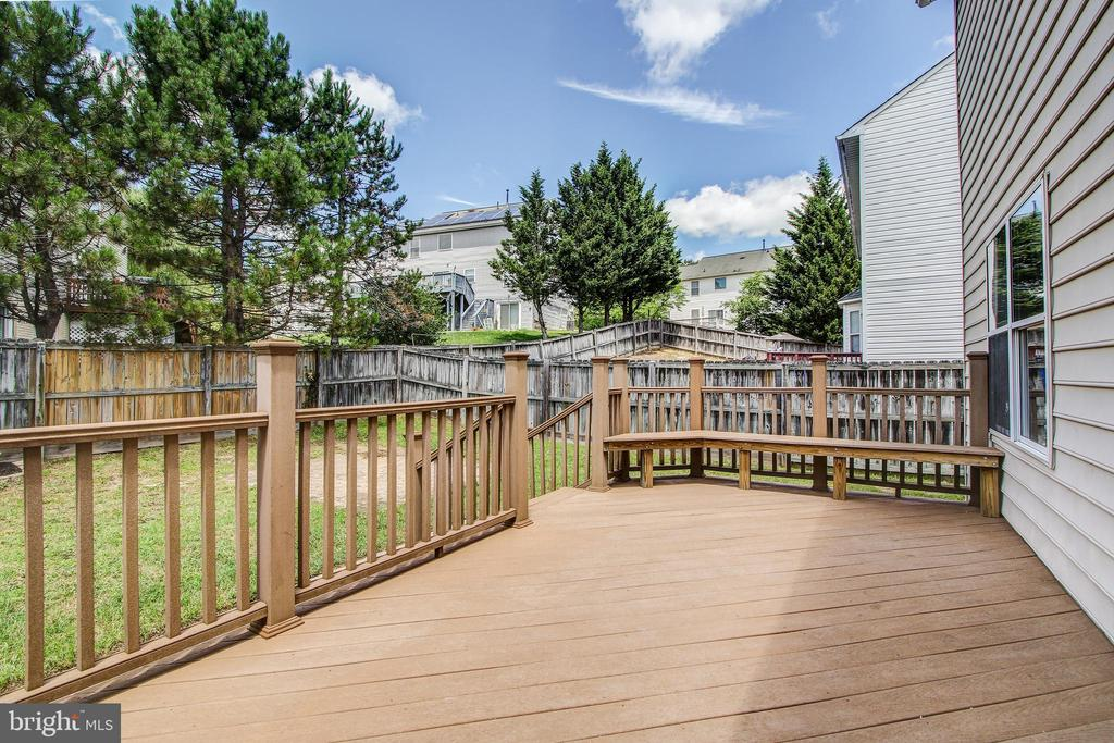 Beautiful rear deck off kitchen - 14810 CROSSVALLEY RD, BURTONSVILLE